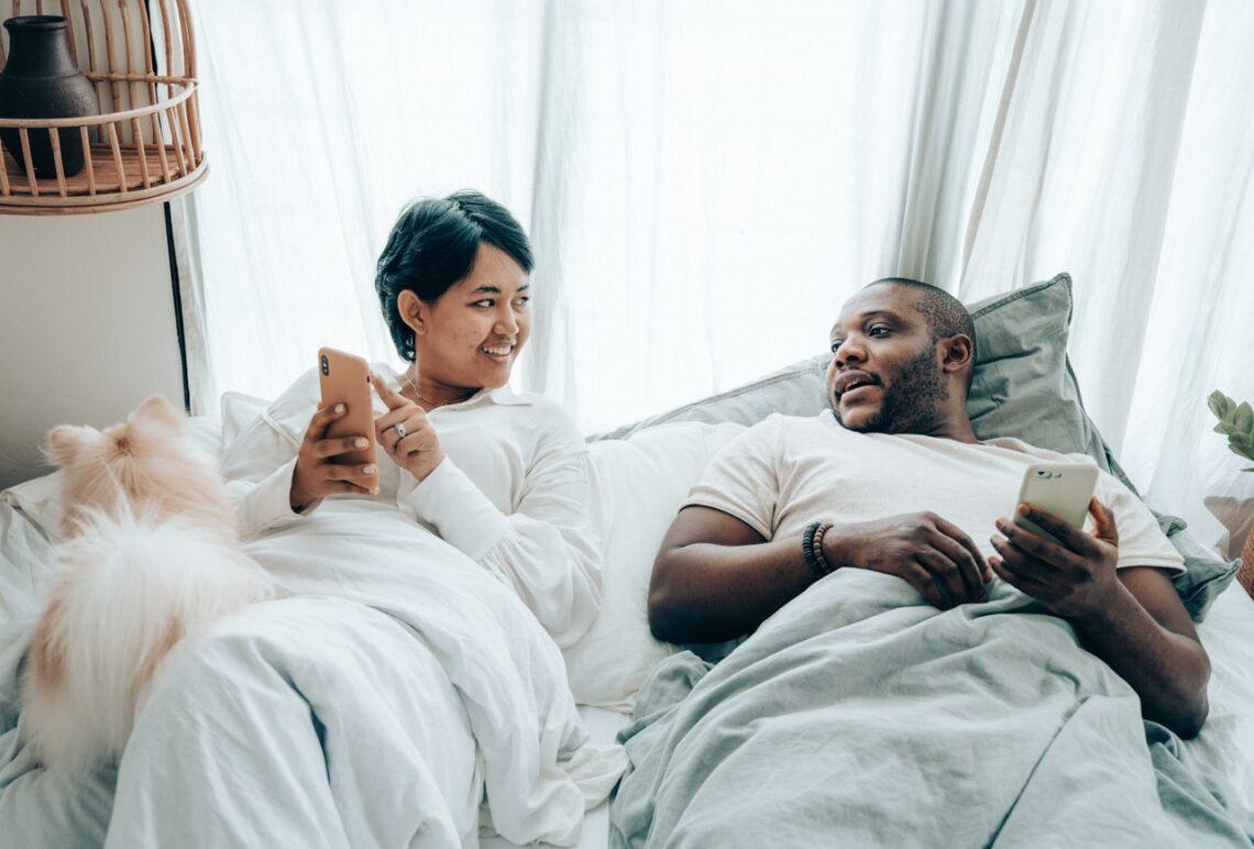 4 regras do telefone celular que todo casal deve seguir para criar confiança real (Foto de Ketut Subiyanto no Pexels)